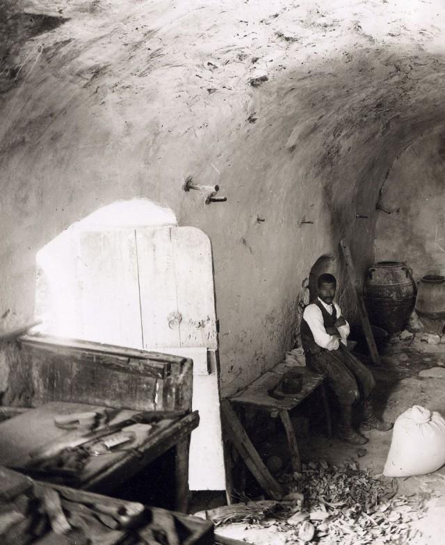Εσωτερικό νερόμυλου στη Μαρωνεια Σητείας - 1911