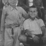 Ο Νίκος Ξυλούρης (καθιστός) με τον εξάδελφό του Κώστα Ξυλούρη στα Ανώγεια το 1947.