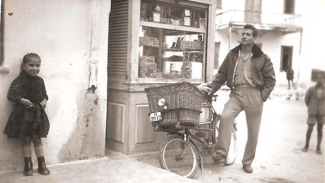 Ποζάροντας με το εγγλέζικο ποδήλατο, απέναντι από το καφενείο