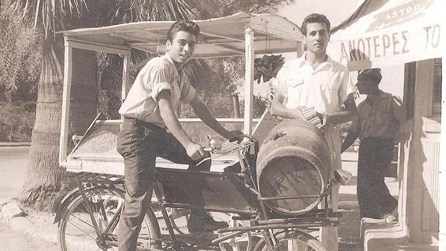 Το βαρελάκι με το κρασί φορτώνεται στο ποδήλατο στο