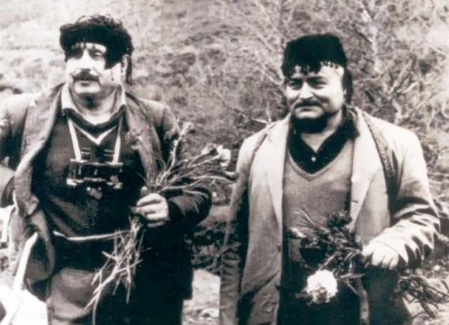Οι δύο αντάρτες της Κρήτης, που έζησαν τον εμφύλιο έως το 1975. Κρύβονταν 35 χρόνια σε σπηλιές για να μην υπογράψουν δήλωση μετανοίας. Έτρωγαν σαύρες και σκορπιούς.