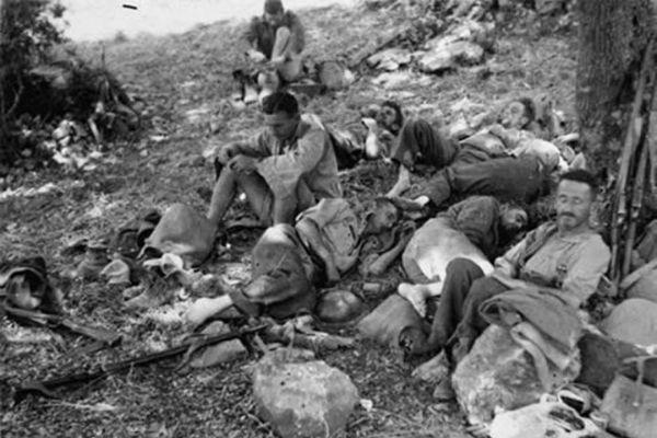 Εξαντλημένοι στρατιώτες των συμμάχων περιμένουν εντολή εκκένωσης της Κρήτης στα Σφακιά.