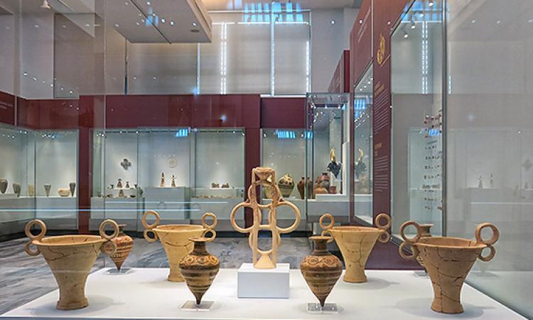 Κωμικοτραγικό: τουρίστρια λιποθύμησε μέσα στο μουσείο Ηρακλείου και έσπασε αρχαίο Μινωικό πιθάρι