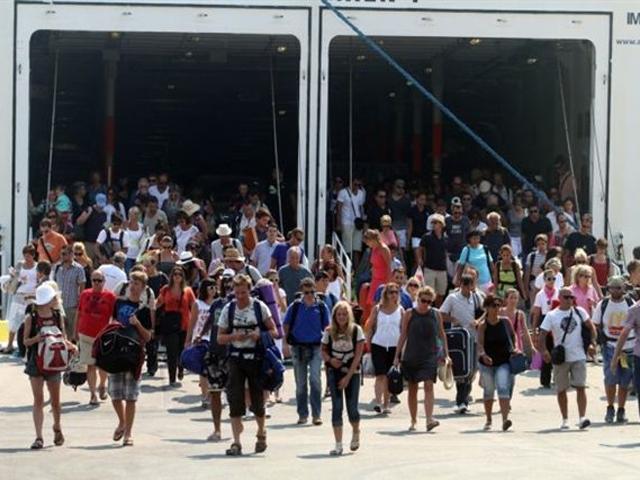Οικογένεια στέκεται όρθια σε ολόκληρο το ταξίδι Ηράκλειο-Πειραιάς για να αποβιβαστεί πρώτη από το πλοίο