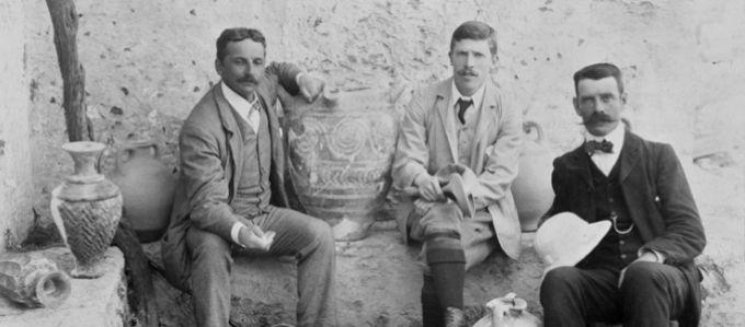 Ο A. Evans με τον αρχιτέκτονα Th. Fyfe και τον αρχαιολόγο D. Mackenzie