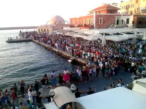 Όλα τα Χανιά μια αγκαλιά. Χόρεψαν συρτάκι, συρτό και σιγανό στο Παλιό Λιμάνι (βίντεο & φωτο)