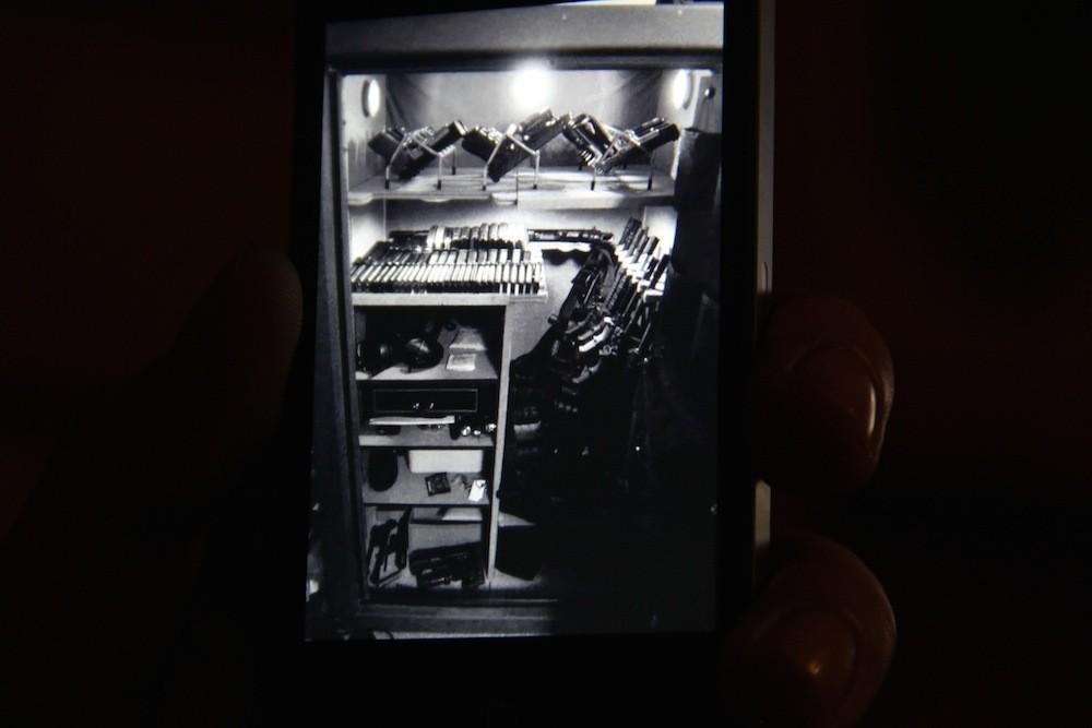 Φωτογραφία σε κινητό από παράνομο οπλοστάσιο.