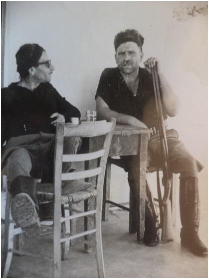 Δυο κρητικοί κομπάρσοι σε καφενείο της Κρήτης