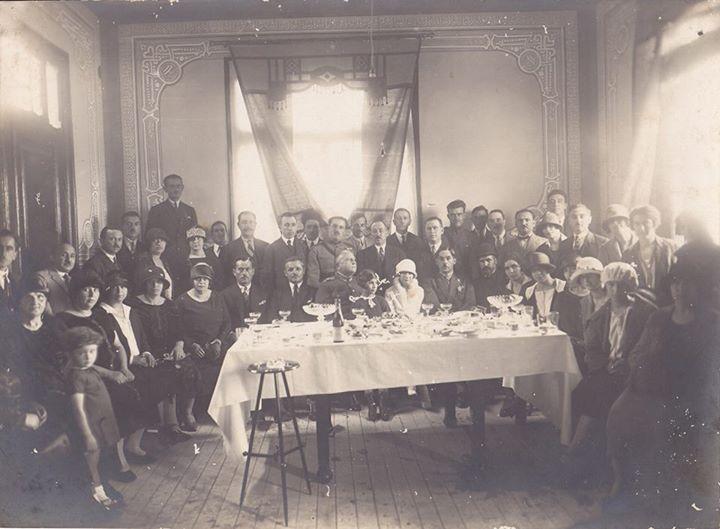 Ρέθυμνο 1920. Γάμος σε μεγαλοαστικό σπίτι, περίοδο που οι γάμοι και οι βαπτίσεις λάμβαναν χώρα στα σπίτια. The Benaki Museum.