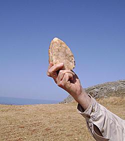 Τα τσεκούρια Παλαιολιθικής περιόδου που  εντοπίστηκαν συνδέονται με μια αρχική περίοδο θαλάσσιων μεταφορών, που μπορεί να κατέληξε στον εποικισμό της Ευρώπης μέσω της θάλασσας.