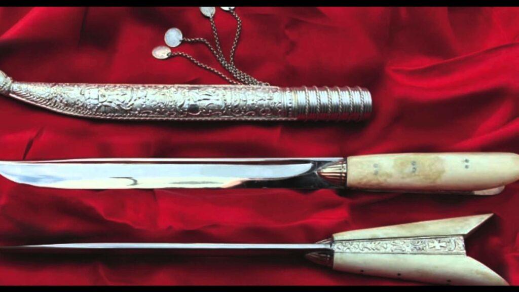 """Κρητικά μαχαίρια με τη χαρακτηριστική λαβή σε σχήμα """"V"""""""