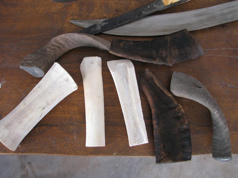 Το κόκαλο από μπροστινό πόδι μοσχαριού είναι κατάλληλο για χειρολαβές, όπως και τα κέρατα τα οποία αφού τα ζεστάνουν πιέζονται και ισιώνουν.