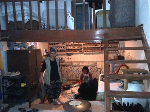 Μελεμέζ: Η Θεία μας υποδέχεται με χαμόγελο στην παραδοσιακή της κουζίνα