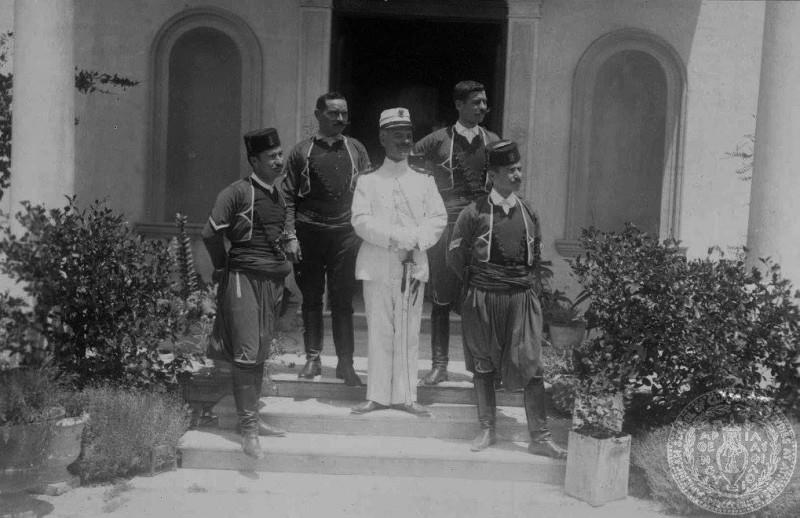 1913 ο Στ. Δραγούμης, στρατιωτικός διοικητής Κρήτης στο Παλατάκι με Κρήτες χωροφύλακες.