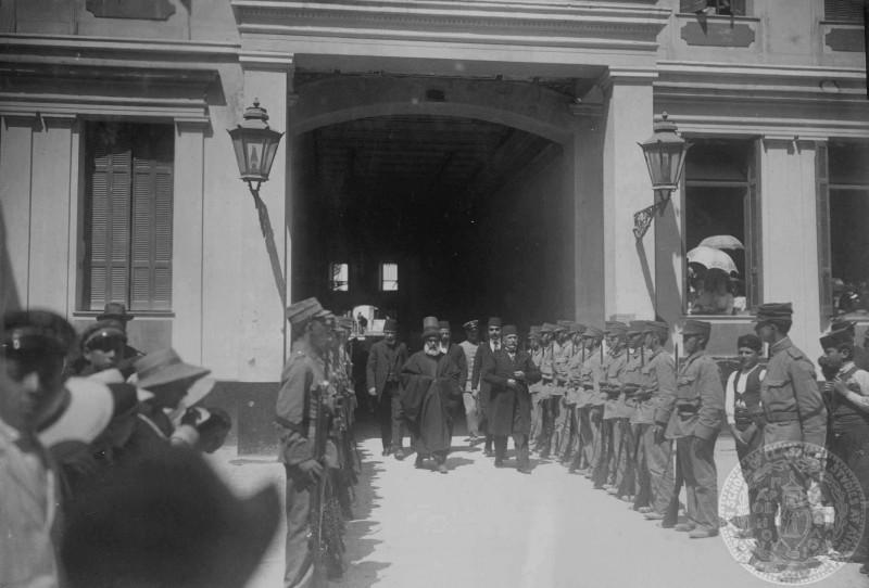 1913 Χανιά, Τούρκοι ιερωμένοι και επίσημοι προσέρχονται στην Ορθόδοξη Μητρόπολη μέσα από την μικρή γαλαρία που υπήρχε στην Χάληδων.