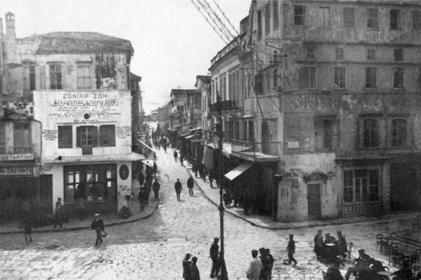 1930 Χανιά, φωτό στη πλατεία Σαντριβανίου και την Χάληδων, δεξιά το γωνιακό κτίριο είναι το παλιό δημαρχείο