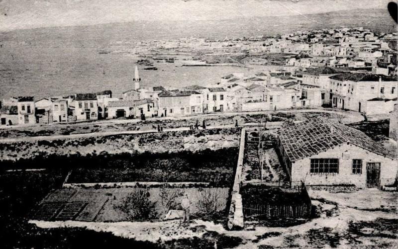 1925 Χανια, το Κουμ Καπί. Ο φωτογράφος στέκεται στον επιπρομαχώνα της Σάντα Λουκία. Στη μέση και αριστερά η τάφρος με μποστάνια.
