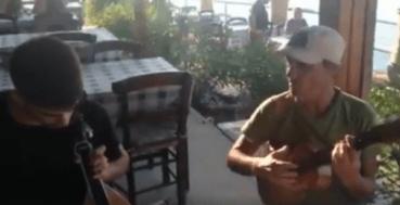 Ο Μανού Τσάο συνόδεψε με το ukulele του νεαρό λυράρη στην Κρήτη