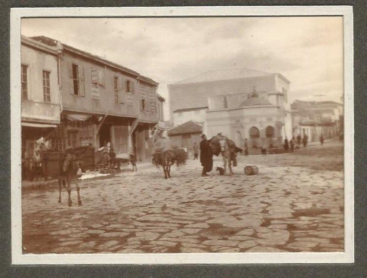 Η πλατεία μπροστά στη Χανιώπορτα (πύλη Παντοκράτορα), η αρχή της λεωφ. Καλοκαιρινού, η οθωμανική κρήνη Καλοψούζ και αριστερά το χαμάμ που σώζεται και σήμερα ερειπωμένο.