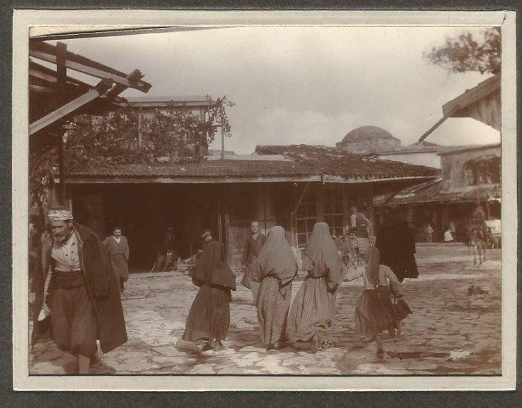 Τουρκοκρητικές με μαντήλα στη συμβολή της οδού 1866 και της πλατείας Κορνάρου. Διακρίνεται ο τρούλος του Αγίου Ονουφρίου.