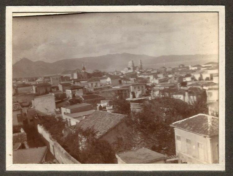 Άποψη του Ηρακλείου, πιθανότατα από τον λόφο της Βίγλας. Στο βάθος διακρίνονται: ο ναός του Σωτήρος ως τέμενος Βαλιδέ με τον μιναρέ του, δεξιότερα ο μικρός μιναρές του Αραστά, ο Άγιος Μηνάς και η Αγία Αικατερίνη ως τέμενος Ζουλφικάρ με τον μιναρέ του