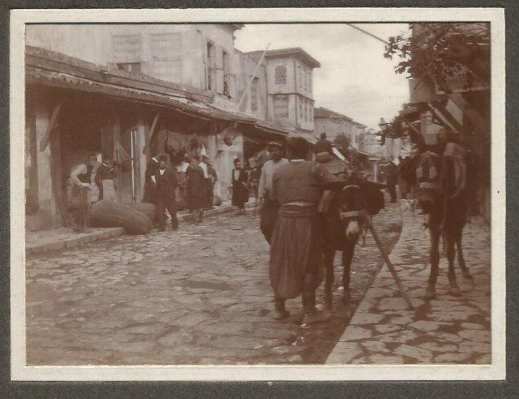 """Λεωφ. Καλοκαιρινού στο ύψος περίπου της συνοικίας Γενί τζαμί (""""Ανωγειανό σχολείο""""), στη συμβολή της με οδό Σάθα."""