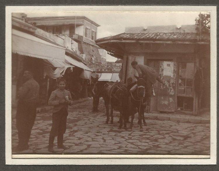 Διακρίνεται το παλαιο ενετικό τείχος με το ξενοδοχείο Λόντον, εξωπυργος που γκρεμίστηκε για να χτιστεί το κτίριο της Βικελαίας και καταμεσής τα παραγκομάγαζα στη σημερινή πλατεία Νικηφ. Φωκά (Μεϊντάνι), που κατεδαφίστηκαν το 1914 μετά από απόφαση του Δημοτικού Συμβουλίου που είχε ληφθεί από το 1903