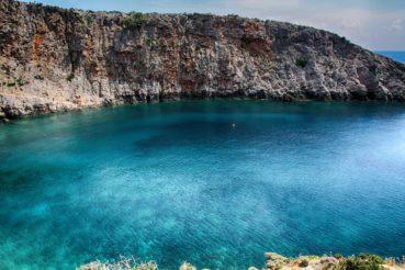 Μένιες: μια υπέροχη απομονωμένη παραλία με βότσαλο και βαθιά καθαρά καταγάλανα νερά