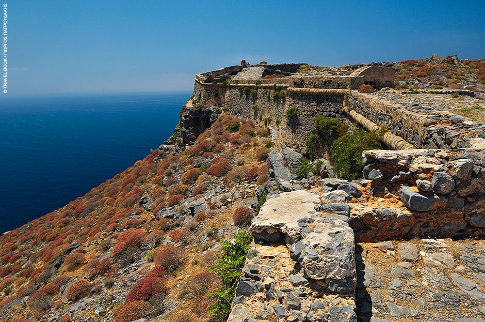 Το ενετικό κάστρο στην κορυφή του λόφου