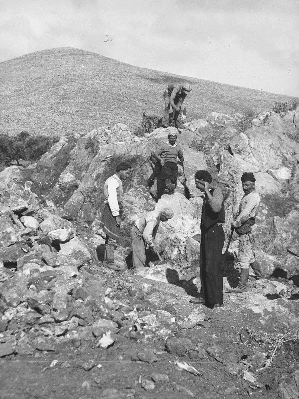 Κρήτη 1941. Άνδρες που εργάζονται σε ένα λατομείο κοντά στο Ηράκλειο