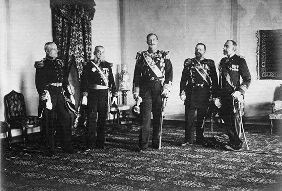 Ο Ύπατος Αρμοστής της Κρήτης Πρίγκιπας Γεώργιος με τους Ναυάρχους των Μ. Δυνάμεων, ευθύς μετά την ανάληψη των καθηκόντων τον (9 Δεκεμβρίου 1898)