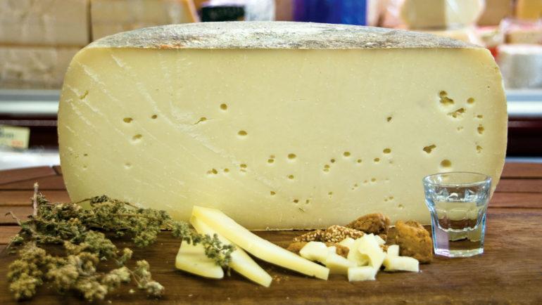 Πως «γεννήθηκε» η περίφημη γραβιέρα Κρήτης και που; Μία ενδιαφέρουσα ιστορία για το πεντανόστιμο Ελληνικό τυρί