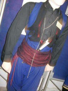 Ανδρική Κρητική φορεσιά, με ζώνη, μαχαίρι και καδένα