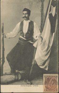 Κρητικός στην περίοδο της Κρητικής πολιτείας, με λευκό πουκάμισο και γελέκι