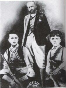 Ο Ελευθέριος Βενιζέλος φορώντας γκιλότα, με τα παιδια του Κυριάκο και Σοφοκλή, στο Θέρισο.