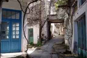 «Εδώ δεν μένει κανείς». Το εγκαταλελειμμένο χωριό της Κρήτης που ο χρόνος σταμάτησε στο '70. Εντυπωσιακές εικόνες από drone (βίντεο)