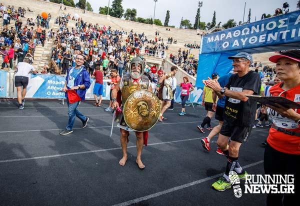 O Κρητικός σύγχρονος Φειδιππίδης που έτρεξε ξυπόλυτος και με πανοπλία τον Μαραθώνιο