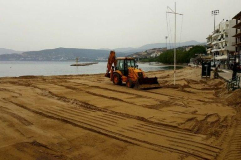 Στον Άγιο Νικόλαο ετοιμάζονται για το καλοκαίρι μεταφέροντας φρέσκια άμμο σε παραλίες