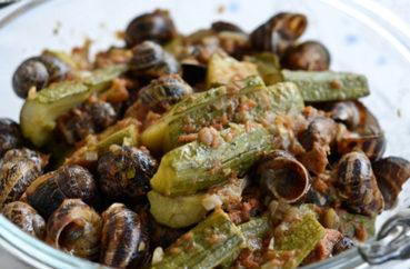 Κρητική συνταγή: Χοχλιοί με κολοκυθάκια, βλίτα και πατάτες