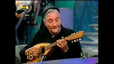 Η γιαγιά Αναστασία από το Ρέθυμνο, με το Κρητικό μαντολίνο της (video)