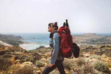 Η κοπελιά που με ένα σακίδιο στην πλάτη, κάνει το γύρο της Κρήτης με τα πόδια