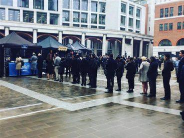 Μια Κρητικιά πουλάει σουβλάκι στο Λονδίνο και σχηματίζονται ουρές πολλών μέτρων