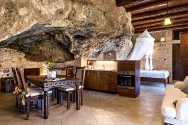 Το μοναδικό σπίτι-σπηλιά στην Κρήτη που έχει γίνει ανάρπαστο στο Airbnb