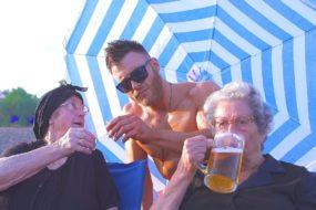 Οι Κρητικές γιαγιάδες ξαναχτυπούν πίνοντας μπίρες δίπλα στο κύμα