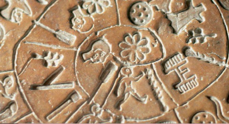 «Η ερμηνεία του Δίσκου της Φαιστού έχει ξεπεράσει το 50%», λέει ο γλωσσολόγος – ερευνητής Γκάρεθ Όουενς
