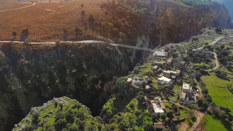 Αράδαινα Σφακίων: Το χωριό που είναι κτισμένο στο χείλος του γκρεμού και ερημώθηκε από μία βεντέτα για το κουδούνι μιας κατσίκας