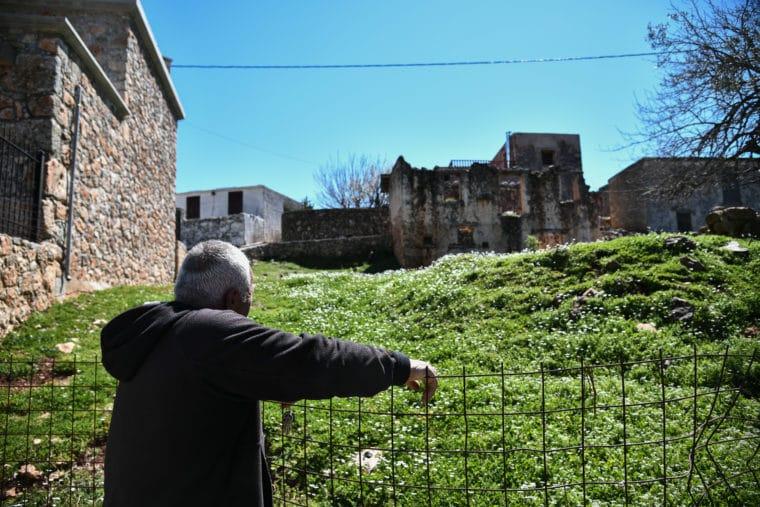 Αράδαινα Σφακίων: Το χωριό που είναι κτισμένο στο χείλος του γκρεμού και ερωμώθηκε από μία βεντέτα για το κουδούνι μιας κατσίκας