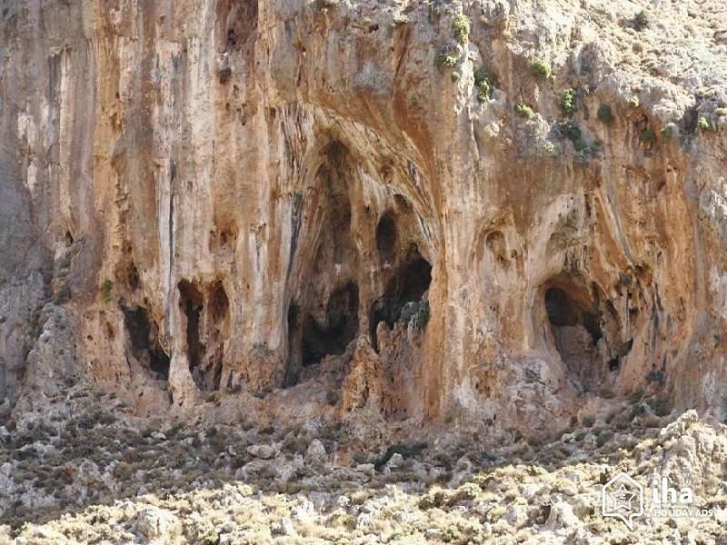 Οι αρχαιολογικές ανασκαφές έχουν εντοπίσει πλήθος αρχαίων τάφων στις απόκρημνες σπηλιές της Ζάκρου.