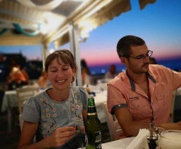 Το ζευγάρι των Βρετανών που παραιτήθηκε από δουλειά με μισθό 23.000 ευρώ για να μετακομίσει μόνιμα στην Κρήτη