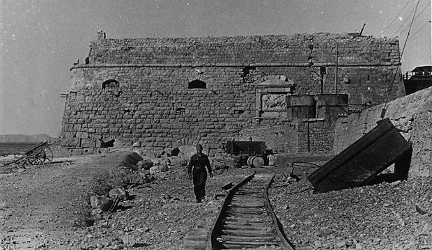 Άποψη της γραμμής στο λιμάνι, την περίοδο της Γερμανικής κατοχής. Η φωτογραφία τραβήχτηκε από Ιταλό στρατιώτη